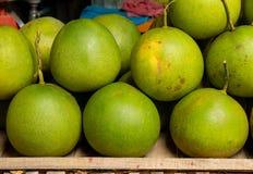 Pampelmuse vom Garten, verkauft im sich hin- und herbewegenden Markt Lizenzfreies Stockfoto
