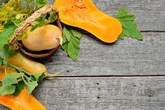Pampkin e zucchini con le foglie verdi sulla tavola di legno d'annata Fondo del raccolto di autunno Fotografia Stock Libera da Diritti