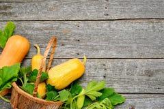 Pampkin e zucchini con le foglie verdi sulla tavola di legno d'annata Fondo del raccolto di autunno Immagini Stock Libere da Diritti