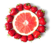 Pamplemousse avec des fraises Photos libres de droits