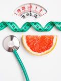 Pamplemousse avec la bande de mesure sur l'échelle de poids dieting photo libre de droits