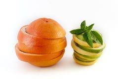 Pamplemousse et citron coupé en tranches d'isolement sur le fond blanc Images stock
