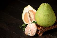 pamplemousse frais, pamplemousse épluché et pamplemousse avec des tranches sur la table en bois Image stock