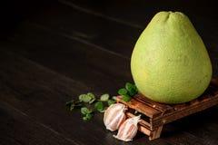 pamplemousse frais, pamplemousse épluché et pamplemousse avec des tranches sur la table en bois Photo libre de droits