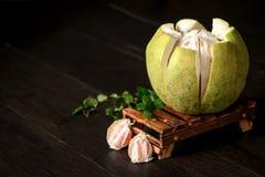 pamplemousse frais, pamplemousse épluché et pamplemousse avec des tranches sur la table en bois Photographie stock libre de droits