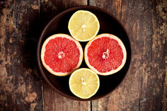 Pamplemousses avec des citrons dans une cuvette Image libre de droits