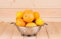 Pamplemousses et citrons dans une cuvette Image stock