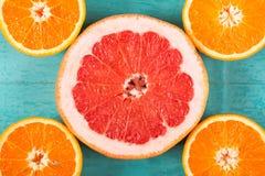 Pamplemousses et oranges coupés en tranches Image stock