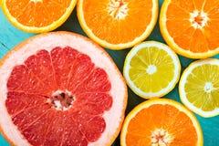 Pamplemousses, oranges et citron coupés en tranches Image stock