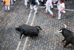 PAMPLONA, ESPAÑA - 8 DE JULIO: Corrida de toros abajo de la calle Imágenes de archivo libres de regalías