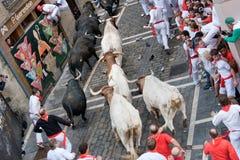 PAMPLONA, ESPAÑA - 8 DE JULIO: Corrida de toros abajo de la calle Fotos de archivo libres de regalías