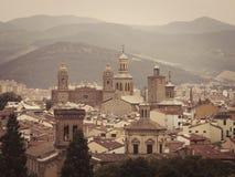 Pamplona på bakgrunden av berg Arkivbild
