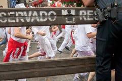 PAMPLONA, SPAGNA - 7 LUGLIO: Esecuzione di tori giù la via Immagini Stock Libere da Diritti