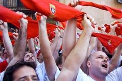 PAMPLONA SPAIN-JULY 6: Folk på fyrkantigt framme av municipalit Fotografering för Bildbyråer