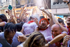 PAMPLONA SPAIN-JULY 6: Folket står under sprej av vatten på ope Fotografering för Bildbyråer