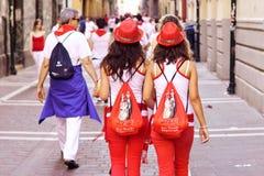 PAMPLONA SPAIN-JULY 8: Kvinna två i en dräkt under av festival Arkivfoton