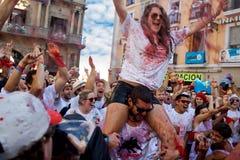 PAMPLONA SPANIEN - JULI 6: En kvinna som bevattnar rött vin på öppningsnollan Royaltyfria Bilder