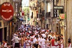 PAMPLONA SPANIEN - JULI 8: Folk på gatan under San Fermin fes Arkivfoton