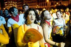 PAMPLONA SPANIEN - JULI 9: Folk som dansar i fyrkantiga Castillo på S Arkivfoto