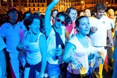 PAMPLONA SPANIEN - JULI 9: Folk som dansar i fyrkantiga Castillo på S Fotografering för Bildbyråer