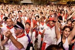 PAMPLONA SPANIEN - JULI 9: Folk som har gyckel på en konsert i squa Royaltyfria Bilder