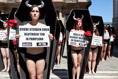 PAMPLONA SPANIEN - JULI 5: Folk som protesterar mot grymhet till a Royaltyfria Bilder