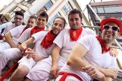PAMPLONA SPANIEN - JULI 10: Folket väntar på start av loppet av tjurar a Royaltyfria Foton