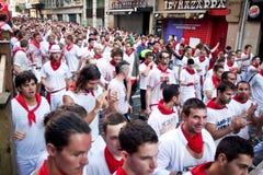 PAMPLONA SPANIEN - JULI 8: Folket väntar på start av loppet av tjurar på Arkivbilder