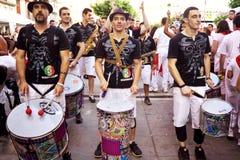 PAMPLONA SPANIEN - JULI 9: Handelsresande är på gatan under av festi Royaltyfri Bild