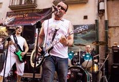 PAMPLONA SPANIEN - JULI 8: Musikerleken på gatan under Sa Royaltyfria Foton