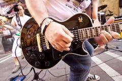 PAMPLONA SPANIEN - JULI 8: Musikerleken på gatan under Sa Arkivbilder