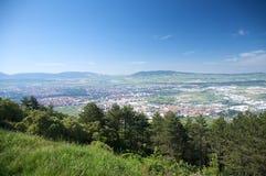 Pamplona stad från berg Arkivbilder