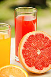Pamplumossa e sumo de laranja frescos Vitaminas para a saúde Imagem de Stock Royalty Free