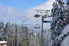 PAMPOROVO,保加利亚- 2015年3月11日:在山的滑雪电缆车 免版税库存照片