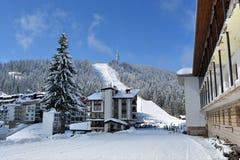 PAMPOROVO, BULGARIE - 11 MARS 2015 : La station de vacances d'hiver avec des voies de remonte-pente et de ski et le Snejanka domi Images stock