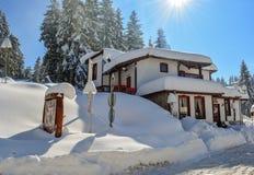 PAMPOROVO, BULGARIE - 11 MARS 2015 : La station de vacances d'hiver avec des voies de remonte-pente et de ski et le Snejanka domi Photos stock