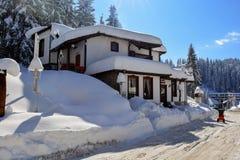 PAMPOROVO, BULGARIEN - 11. MÄRZ 2015: Winterurlaubsort mit Skiaufzug und Skibahnen und das Snejanka ragen hoch Stockfotografie