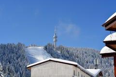 PAMPOROVO, BULGARIJE - MAART 11, 2015: De wintertoevlucht met skilift en skisporen en de Snejanka-toren Royalty-vrije Stock Foto's