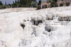 Pamukalle travertines för Turkiet kalciumkarbonat Arkivfoto