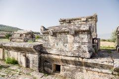 Pamukkale,土耳其 希拉波利斯大墓地的石棺和坟茔  库存图片