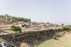 Pamukkale,土耳其 环境美化与古老废墟在希拉波利斯大墓地  库存图片