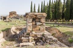 Pamukkale,土耳其 考古学挖掘在希拉波利斯大墓地:坟茔和北浴, 2个世纪广告 免版税库存照片