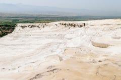 Pamukkale - castelo do algodão - sistema estranho de reservatórios com paredes da pedra calcária fotos de stock