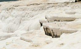 Pamukkale - castelo do algodão - sistema estranho de reservatórios com paredes da pedra calcária fotografia de stock royalty free