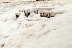Pamukkale - castelo do algodão - sistema estranho de reservatórios com paredes da pedra calcária imagem de stock