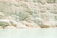 Pamukkale - castelo do algodão - sistema estranho de reservatórios com paredes da pedra calcária fotos de stock royalty free