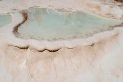 Pamukkale - castelo do algodão - sistema estranho de reservatórios com paredes da pedra calcária fotografia de stock