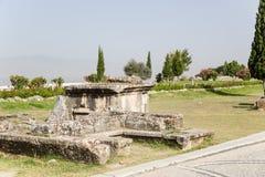 Pamukkale, die Türkei Alte Beerdigung im Friedhof von Hierapolis Stockfotografie