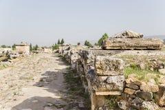 Pamukkale, die Türkei Beerdigung entlang der Straße im Friedhof von Hierapolis Lizenzfreies Stockbild