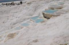 Pamukkale geotermiska källor i Turkiet under den kända bomullsfästningen arkivbilder